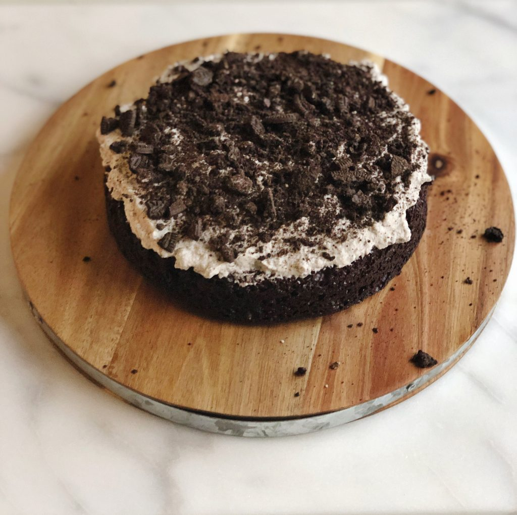 layer of oreo cake with topping